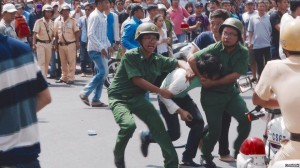 Một thanh niên bị công an kẹp cổ khi xuống đường biểu tình phản đối Formosa. Nguồn: internet