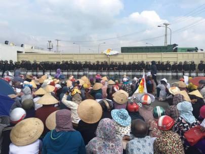 Lực lượng cảnh sát ngăn người dân biểu tình phản đối Formosa ở Hà Tĩnh hôm 2-10 vừa qua. Ảnh: internet