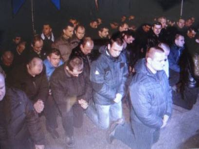 Cảnh sát Ukraina quỳ xin dân tha tội. Ảnh từ internet.