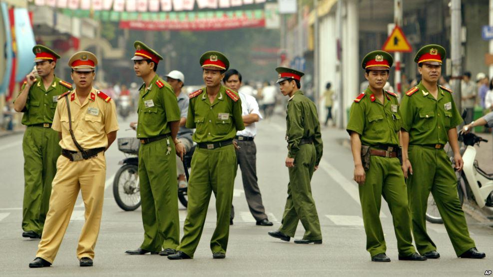 Công an trên một con đường ở Hà Nội. Ảnh tư liệu. Nguồn: AP