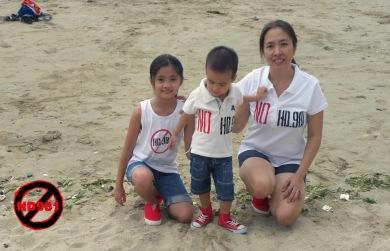 Blogger Mẹ Nấm cùng 2 con phản đối giàn khoan Hải Dương 981 hồi năm 2014. Nguồn: internet