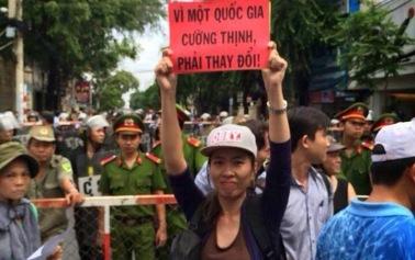 Blogger Mẹ Nấm trong một lần xuống đường. Nguồn: internet