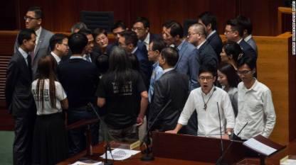 """La to """"độc tài, độc tài"""", các nghị viên trẻ Hong Kong đã làm náo động… Bắc Kinh sáng nay (ảnh: Nathan Law đang phát biểu - CNN)"""