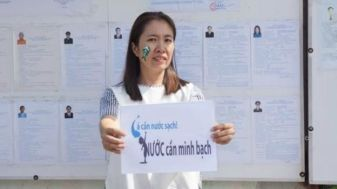 Blogger Mẹ Nấm với khẩu hiệu về thảm họa cá chết. Nguồn: Nguyễn Ngọc Như Quỳnh
