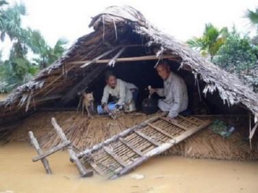 """Xả lũ """"đúng quy trình"""" đã đưa nhiều người dân nóc nhà để sống. Nguồn: internet"""