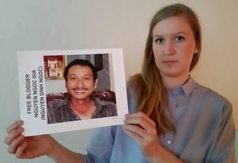Người của Civil Rights Defenders yêu cầu trả tự do cho blogger Nguyễn Ngọc Già. Ảnh: Ngọc Thu