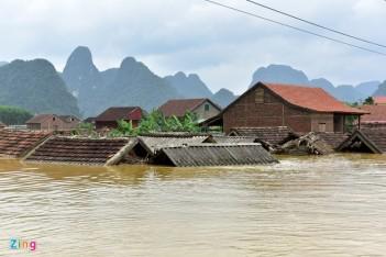 Lũ lụt miền Trung nhấn chìm nhà dân trong biển nước. Nguồn: Zing