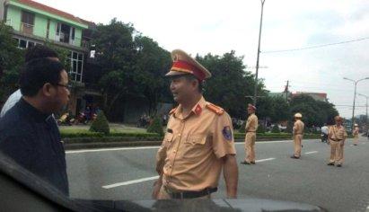 Công an dàn hàng ngang ngăn chặn người đi kiện Formosa. (Hình: Tin Mừng Cho Người Nghèo)
