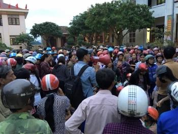 MC Phan Anh có mặt tại xã Mai Hóa, Tuyên Hóa, Quảng Bình, trao quà cứu trợ. (Ảnh: Zing)