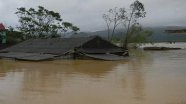 Nhiều nhà dân bị nhấn chìm trong lũ và xả đập thủy điện. Nguồn: internet