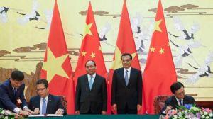 Thủ tướng Nguyễn Xuân Phúc và người đồng nhiệm Lý Khắc Cường tại Bắc Kinh hôm 12/9. Ảnh: AFP