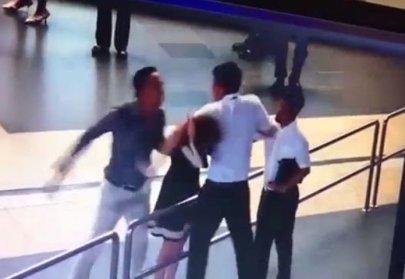 Cảnh ông Thuấn và ông Tùng đánh bà Anh được trích ra từ clip của camera giám sát. (Hình: Internet)