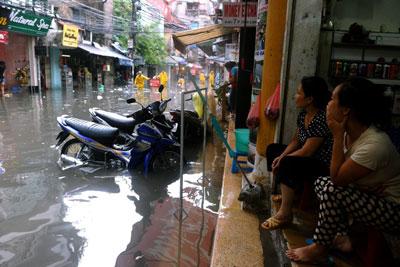 Đường phố Hà Nội sau một trận mưa lớn. AFP photo