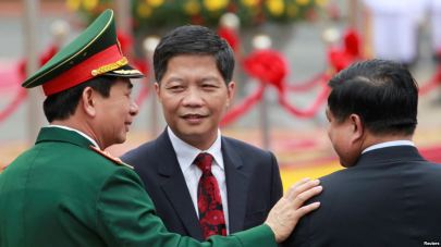 Bộ trưởng Bộ Công Thương Trần Tuấn Anh (giữa) tại lễ đón Thủ tướng Lào tại Phủ Chủ tịch ở Hà Nội, ngày 15/5/2016. Ảnh: Reuters.
