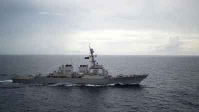 Khu trục hạm có trang bị tên lửa dẫn đường USS Decatur (DDG 73) hoạt động tại Biển Đông. Ảnh chụp ngày 13/10/2016. REUTERS/Courtesy Diana Quinlan/U.S. Navy