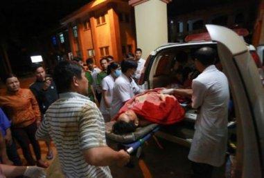 Một nhân viên công ty Long Sơn được đưa đi cấp cứu. (Hình: Tuổi Trẻ)