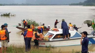 Đưa hàng cứu trợ tới các vùng lũ lụt ở Quảng Bình. Ảnh: AFP