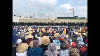 Lực lượng cảnh sát ngăn chặn người dân biểu tình phản đối Formosa hôm 2/10