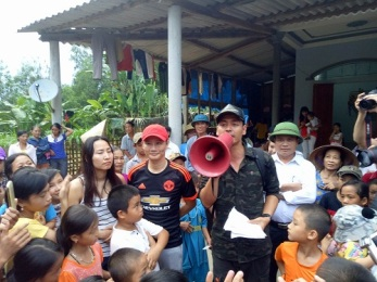 MC Phan Anh tặng quà và nói chuyện với người dân vùng lũ ở xã Phương Điền, huyện Hương Khê. Ảnh: báo NĐT