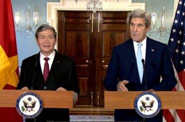Ông Đinh Thế Huynh (trái) và Ngoại trưởng Hoa Kỳ John Kerry tại cuộc họp báo sáng 25 Tháng Mười. (Hình: Bộ Ngoại Giao Mỹ)