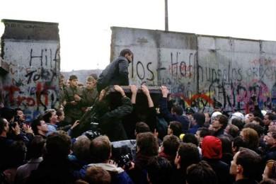 Bức tường Berlin sụp đổ năm 1989. Ảnh: internet