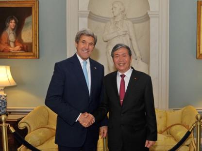 Ngoại trưởng John Kerry và Thường trực Ban Bí thư Đinh Thế Huynh. Ảnh: internet
