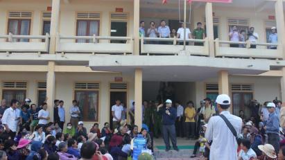 Linh mục Đặng Hữu Nam nói chuyện với các ngư dân bên ngoài Tòa án huyện Kỳ Anh, tỉnh Hà Tĩnh. Ảnh: Reuters.