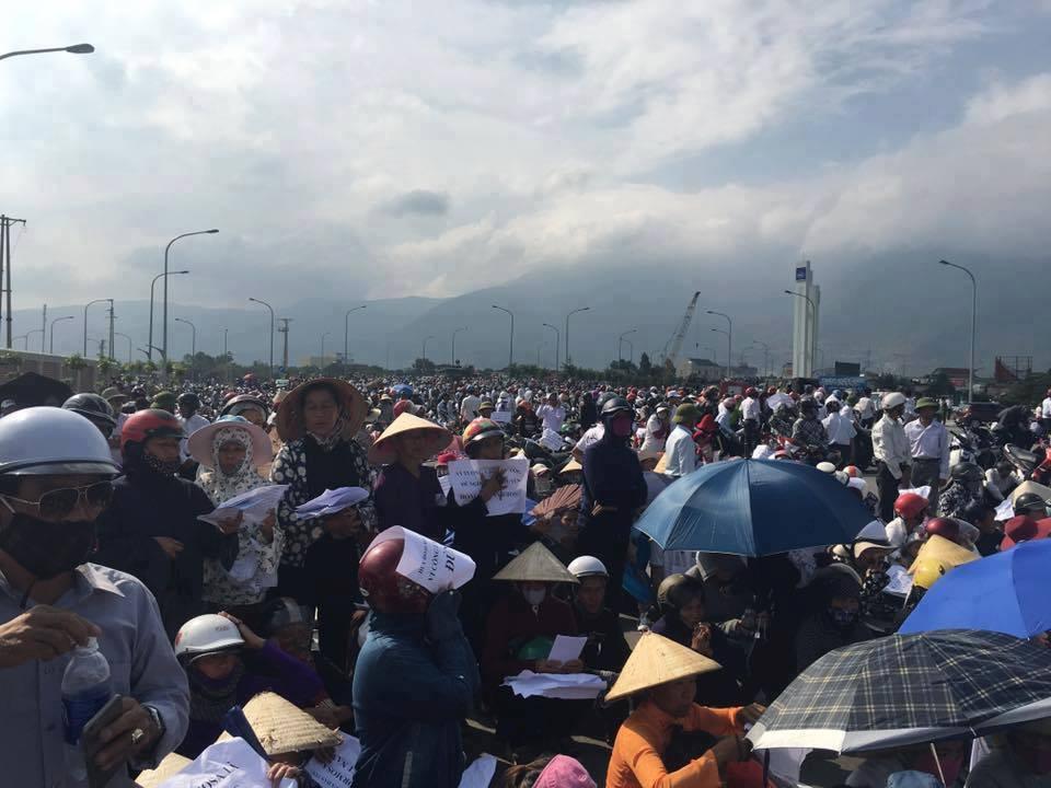 Hơn chục ngàn ngư dân miền Trung biểu tình phản đối Formosa. Ảnh: Facebook