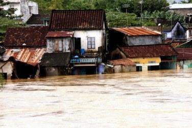 Những ngôi nhà ngập trong lũ ở huyện Hòa Vang, Đà Nẵng. Ảnh: AFP.