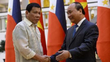 Tổng thống Philippines Rodrigo Duterte (T) bắt tay thủ tướng Việt Nam Nguyễn Xuân Phúc trong cuộc gặp tại Hà Nội ngày 29/09/2016. Ảnh: Reuters