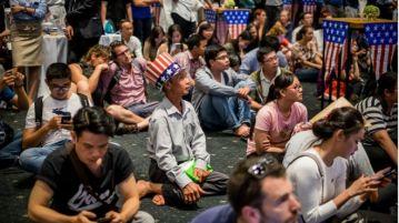 Người Việt theo dõi trực tiếp kết quả bầu cử Tổng thống tại một sự kiện do Tổng Lãnh sự quán Hoa Kỳ ở TP HCM tổ chức ngày 9/11. Ảnh: Getty Images