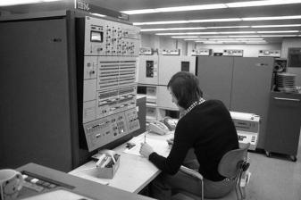 Máy IBM 360 được Volkswagen sử dụng năm 1973. Ảnh: Lothar Schaack