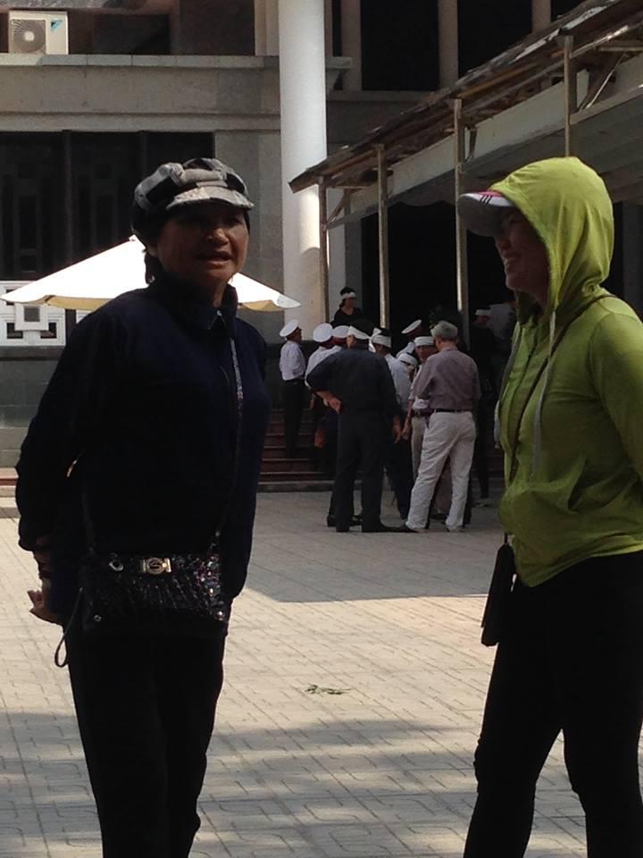 Hai cô này từ chối 5 triệu đồng. Ảnh: Nguyễn Đình Ấm