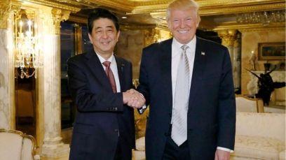 Tổng thống đắc cử Mỹ Donald Trump tiếp Thủ tướng Nhật Bản Shinzo Abe tại Tòa tháp Trump ở New York hôm 17/11/2016. Ảnh: AFP