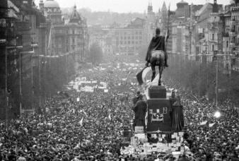 Cách mạng nhung của hàng trăm ngàn người biểu tình khiến cho chủ nghĩa cộng sản sụp đổ hoàn toàn ở Tiệp Khắc ngày 17.11.1989. Ảnh: internet