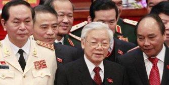 Ba nhân vật chóp bu của đảng CSVN gồm Nguyễn Phú Trọng (giữa), Nguyễn Xuân Phúc (phải) và Trần Ðại Quang (trái) đang đối diện với nguy cơ tan rã của đảng. (Hình: KHAM/AFP/Getty Images)