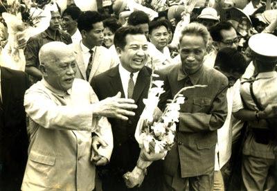 Phạm Văn Đồng (phải) và Tôn Đức Thắng (trái) tiếp đón Sihanouk (giữa) tại Hà Nội. Ảnh: Internet
