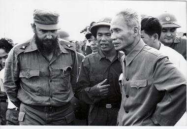 Ảnh tư liệu, Fidel Castro và Phạm Văn Đồng. Nguồn: internet