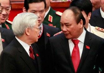 Tổng bí thư đảng công sản Việt Nam Nguyễn Phú Trọng (trái) và Thủ tướng Việt Nam Nguyễn Xuân Phúc tại Đại hội Đảng lần thứ 12 ở Hà Nội hôm 28/1/2016. Ảnh: AFP