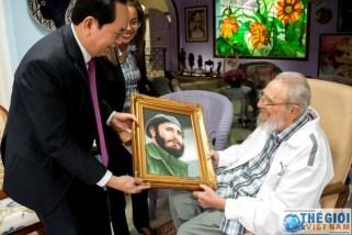 Chủ tịch nước Trần Đại Quang tặng ảnh Fidel Castro.
