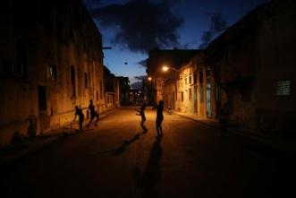 Trẻ em chơi đùa trên đường phố luôn thiếu điện ban đêm. Ảnh: internet