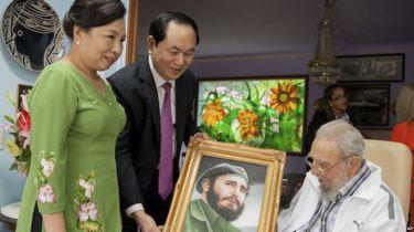 Chủ tịch nước Trần Đại Quang (giữa) cùng phu nhân thăm ông Fidel Castro ở Havana, Cuba, ngày 15/11/2016. Ảnh: AP