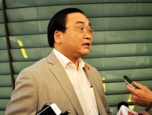 Bí thư Thành ủy Hà Nội Hoàng Trung Hải trao đổi với báo chí bên hành lang Quốc hội.