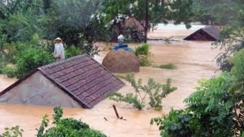 Lũ ngập tới nóc nhà của người dân miền Trung. Nguồn: internet