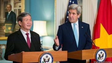 Thường trực Ban Bí thư Đảng CSVN Đinh Thế Huynh họp báo với Ngoại trưởng Mỹ John Kerry. Ảnh: internet