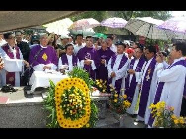 Các linh mục cử hành buổi lễ tưởng niệm Cố Tổng Thống Ngô Đình Diệm cùng các bào đệ Cố Vấn Ngô Đình Nhu và Ngô Đình Cẩn năm 2015. Nguồn: internet