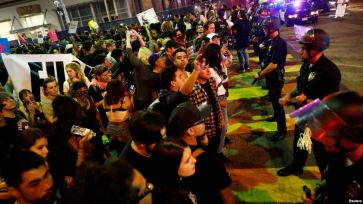 Những người biểu tình bị chặn trong một cuộc diễu hành qua các đường phố Los Angeles sau cuộc bầu cử của ông Donald Trump là Tổng thống của Hoa Kỳ tại Los Angeles. Ảnh: Reuters.