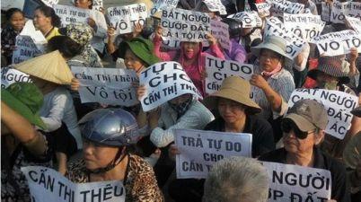 Những người dân oan đòi trả tự do cho chị Cấn Thị Thêu. Nguồn: internet