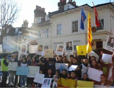 Hơn 200 người biểu tình cho nhân quyền Việt Nam trước đại sứ quán Việt Nam tại London sáng 11/12/2016. Ảnh: Tâm Đan