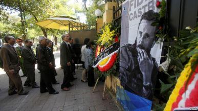 Người dân xếp hàng tại Đại sứ quán Cuba ở Hà Nội để bày tỏ lòng thương tiếc đến chủ tịch quá cố Fidel Castro, ngày 28/11/2016. Ảnh: AP